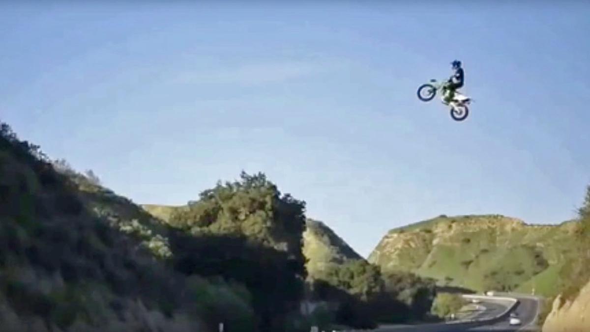 Saltando una autopista con una moto de cross