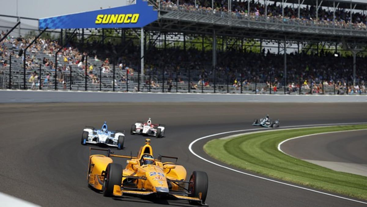 Alonso liderando Indy