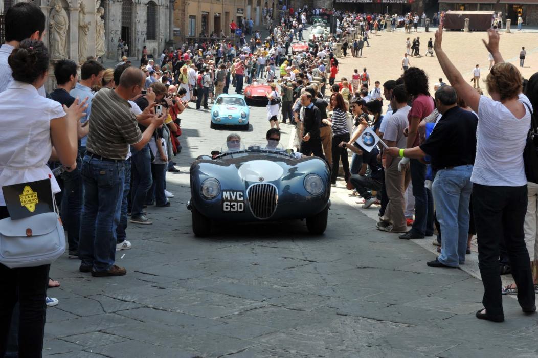 Los coches más espectaculares de la Mille Miglia reciben la admiración del público