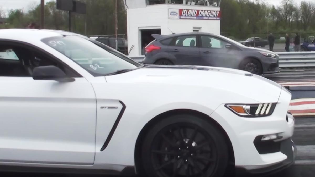 Una drag race entre un Focus RS y un Mustang GT350