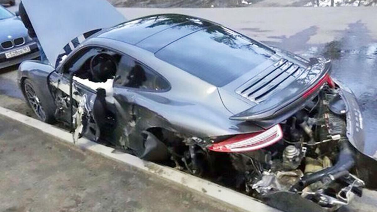 Un mecánico deja siniestro un 911 en Rusia