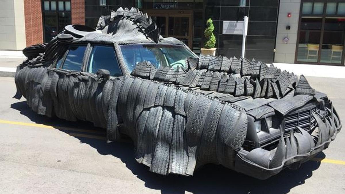 Un coche tuneado con neumáticos
