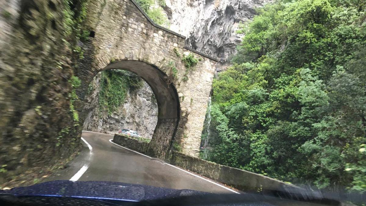 Carretera Strada della Forra Maserati Levante montaña nubes