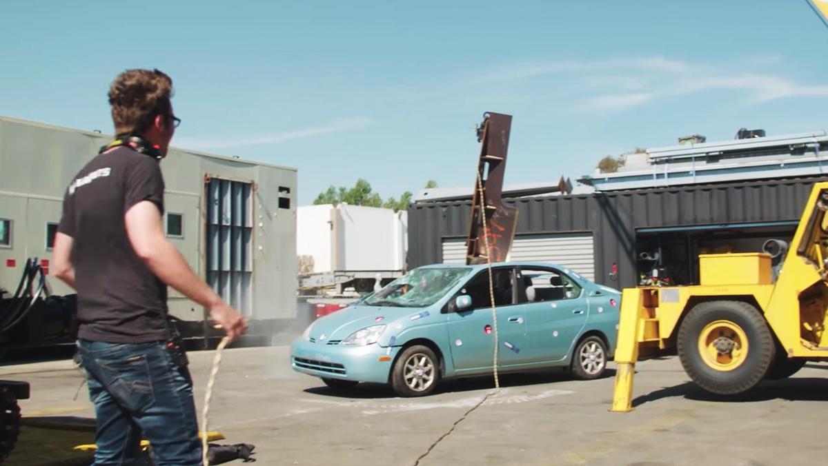 ¿Qué ocurre cuando lanzas un cuchillo de 200 kg contra un Prius?