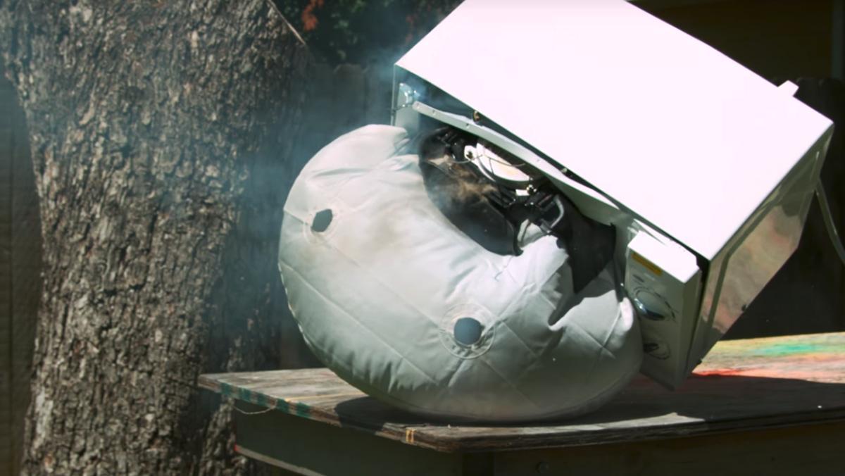 Lo que ocurre al meter un airbag en el microondas