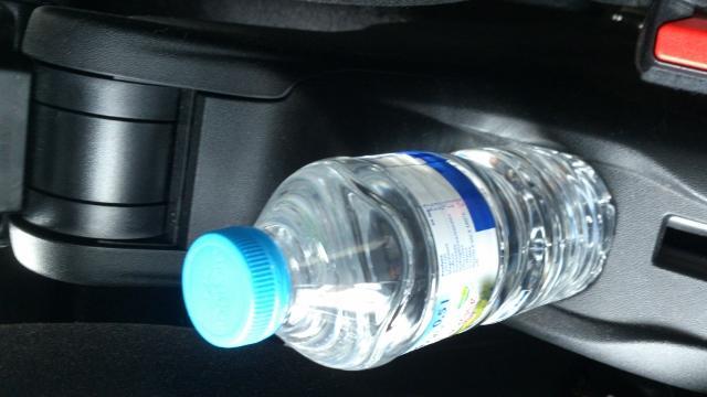 Botella de agua en el coche