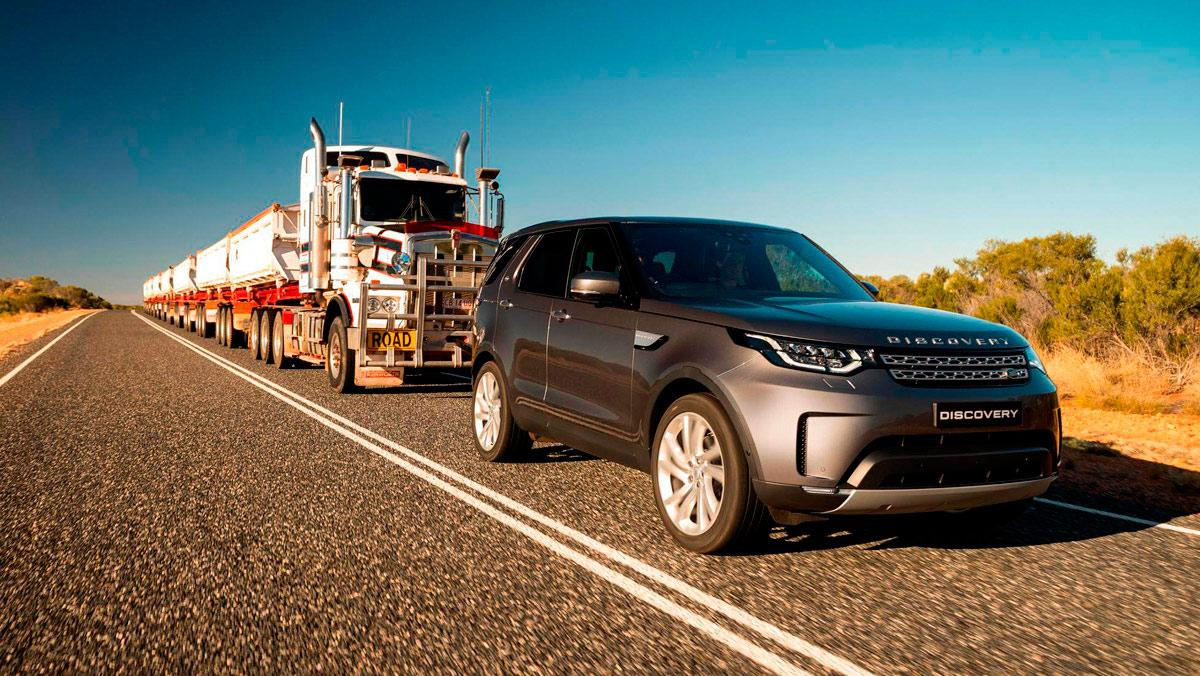 Land Rover Discovery tirando de un convoy de carretera (I)