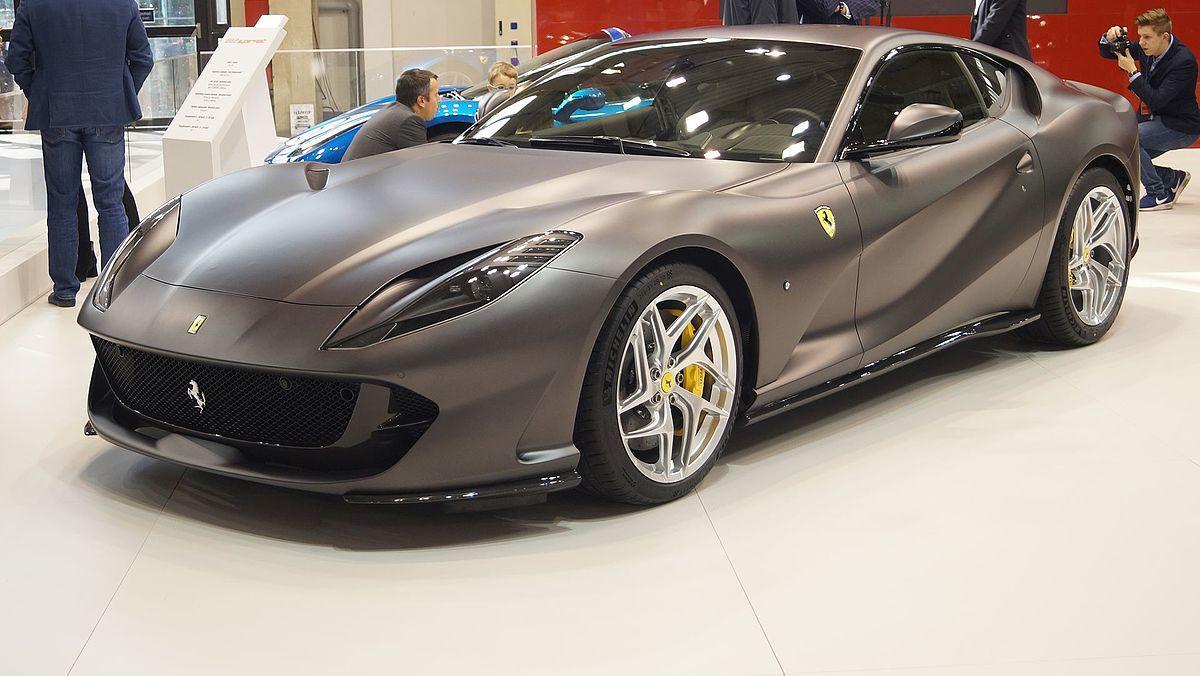 Los dos logos que tienen los coches Ferrari de calle