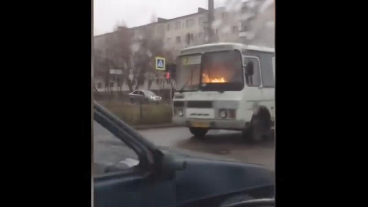 Fuego en un autobús en marcha en Rusia incendio vídeo