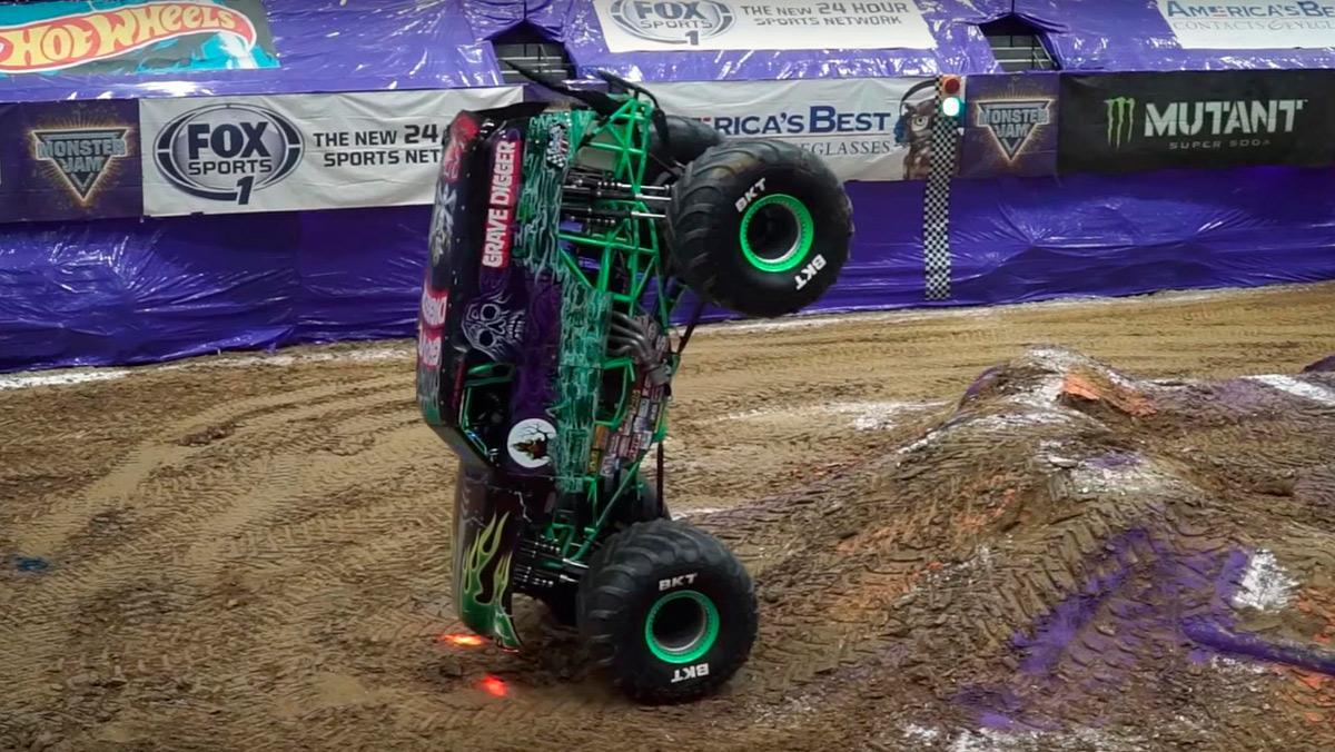 Monster truck haciendo el pino