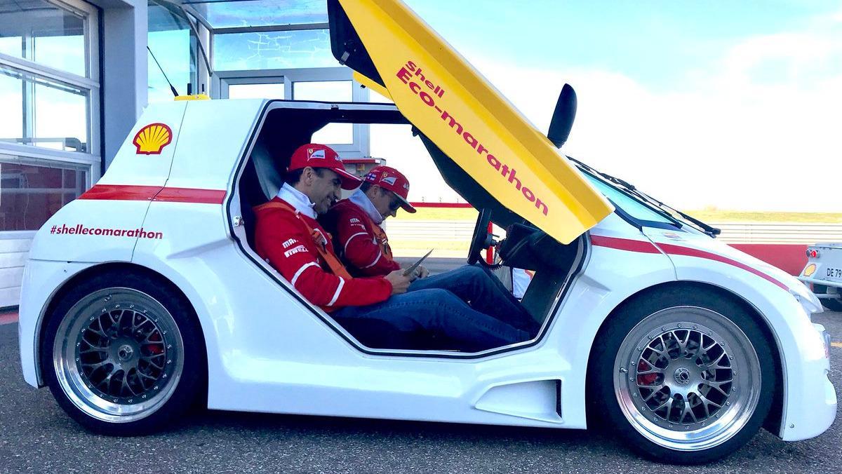 Kimi Raikkonen y Marc Gené con un microecocoche