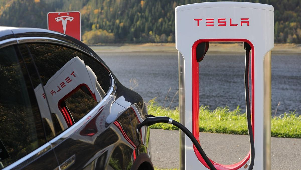 Tesla sale al rescate de sus Super