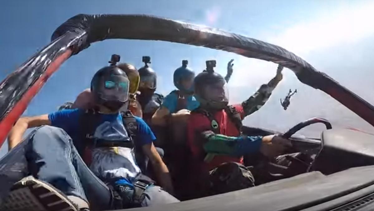 Salto en paracaídas en un coche