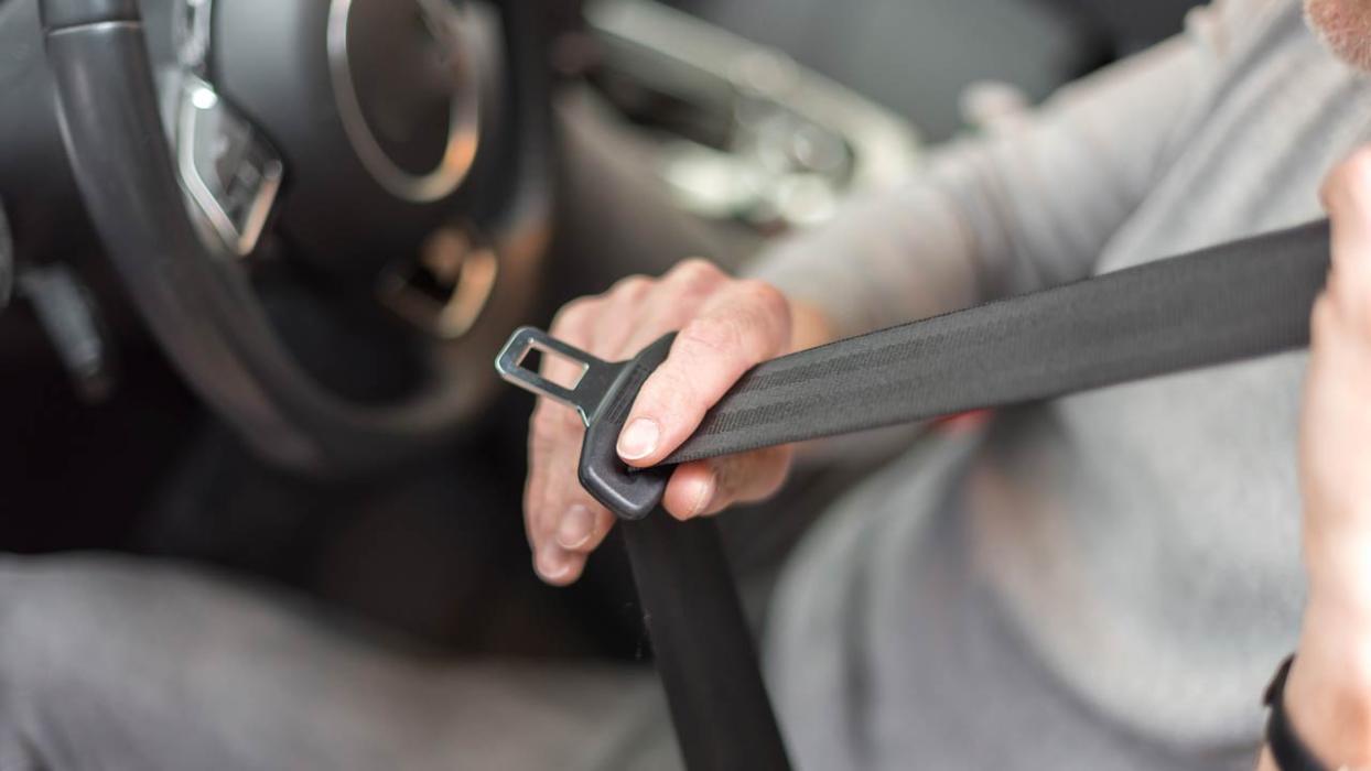 Cómo colocar el cinturón de seguridad