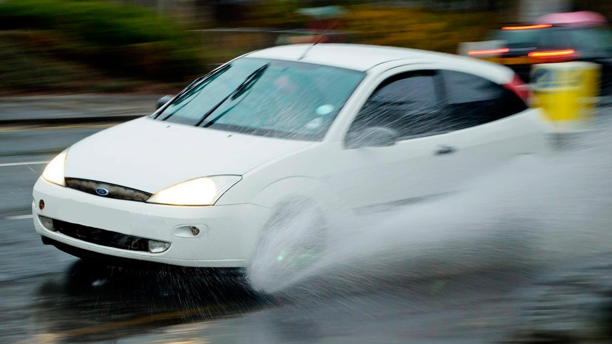 Ford Focus compacto agua charco aquaplaning