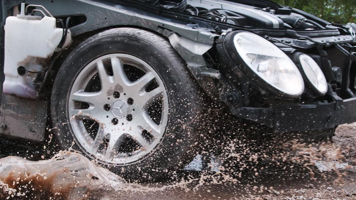 ¿Cuánto sufre tu coche al pasar por un bache?