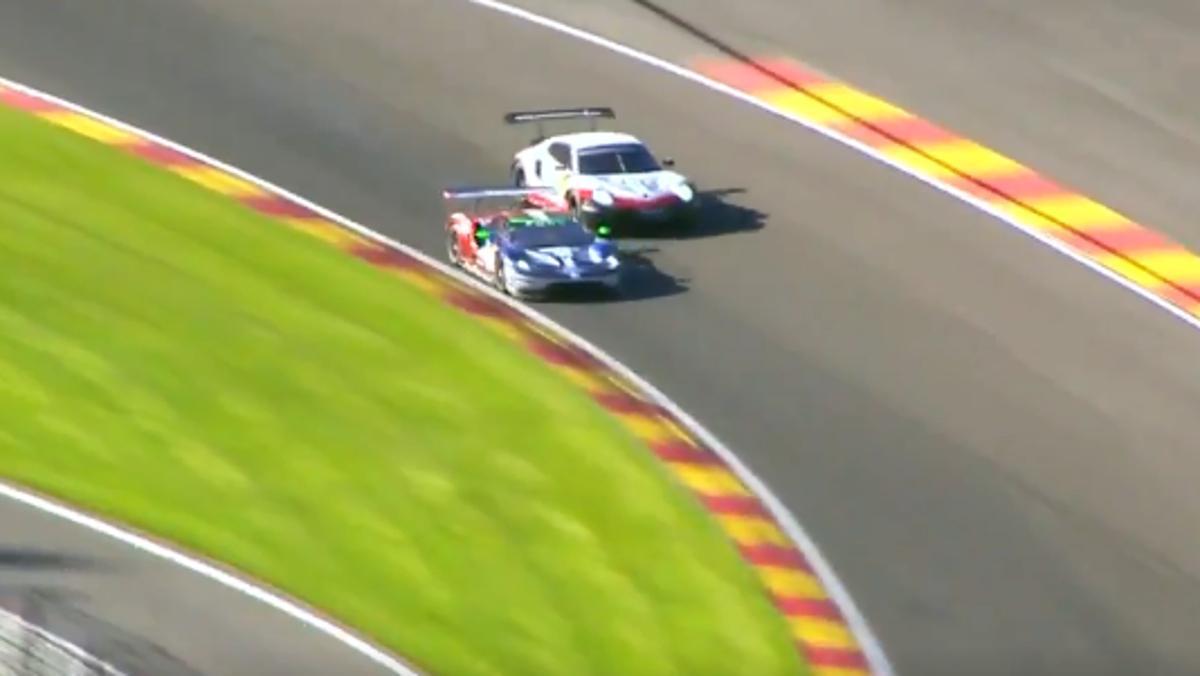 Duelo entre un Ford GT y un Porsche 911 en Eau Rouge
