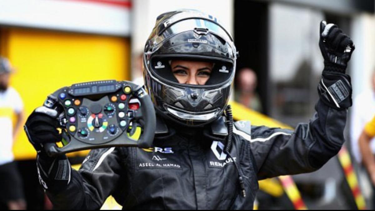 Esta es una mujer saudí en un F1 en el GP Francia F1