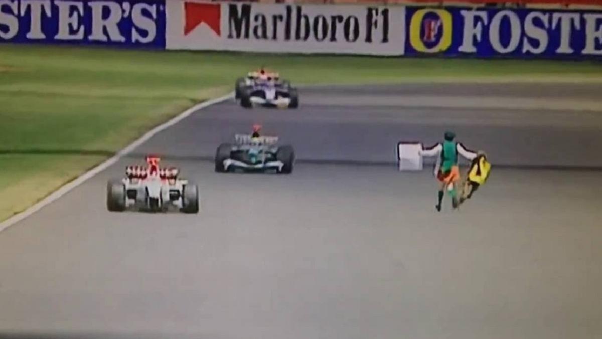 Un cura invade la pista en el GP Gran Bretaña F1 2003