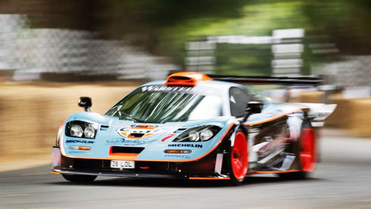 Un McLaren F1 en la subida de Goodwood