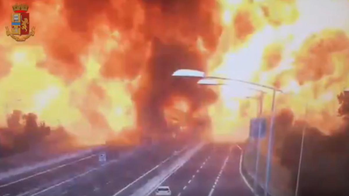 Así explota un camión con gas en una autopista en Italia