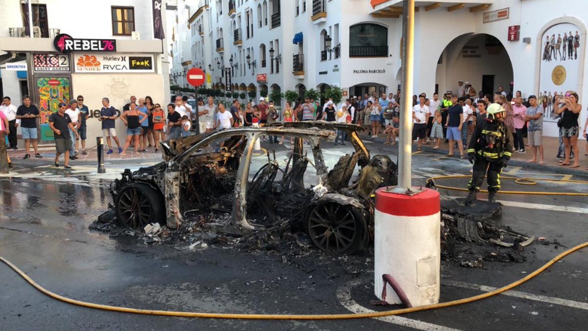 Un coche explota en Puerto Banús, Marbella