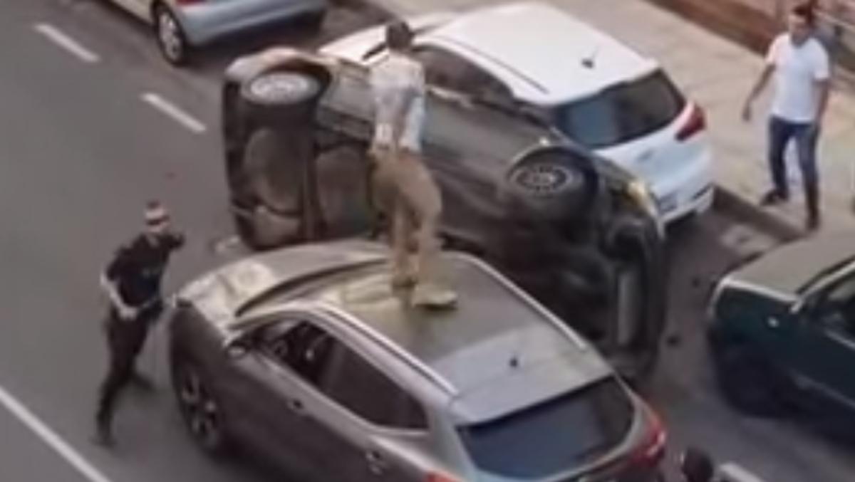 Salta por el techo de varios coche para huir de la poli