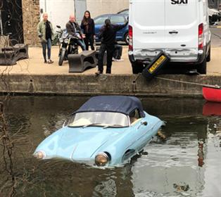 Una furgoneta tira una ráplica del Porsche 356 Speedster a un río de Londres