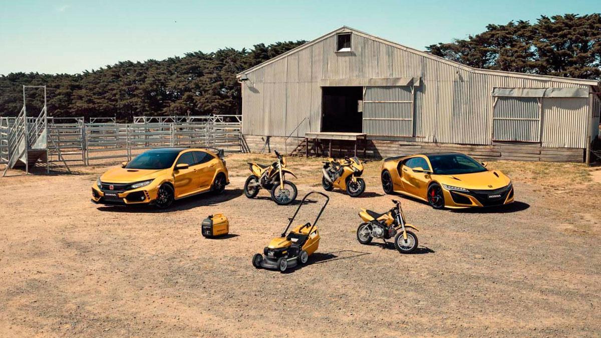Honda Civic Type R y NSX dorados, motos y herramientas