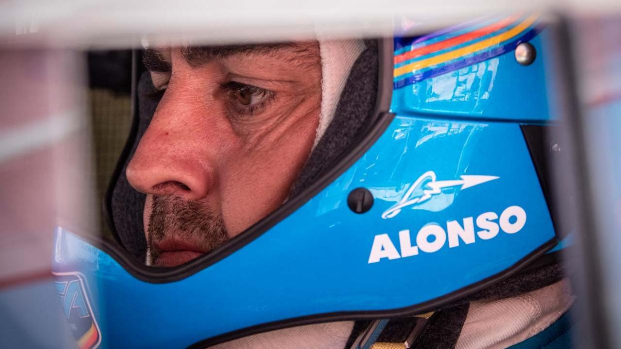 Alonso probando el Hilux del rally Dakar
