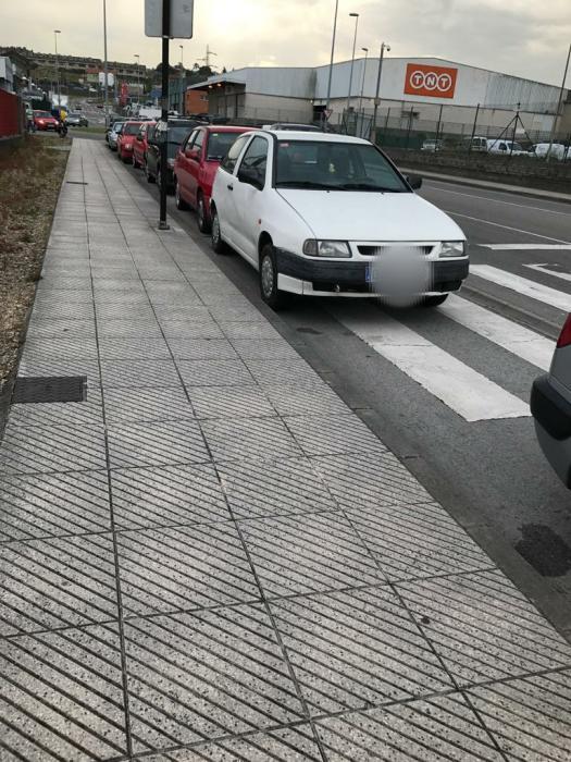 Coches mal aparcados
