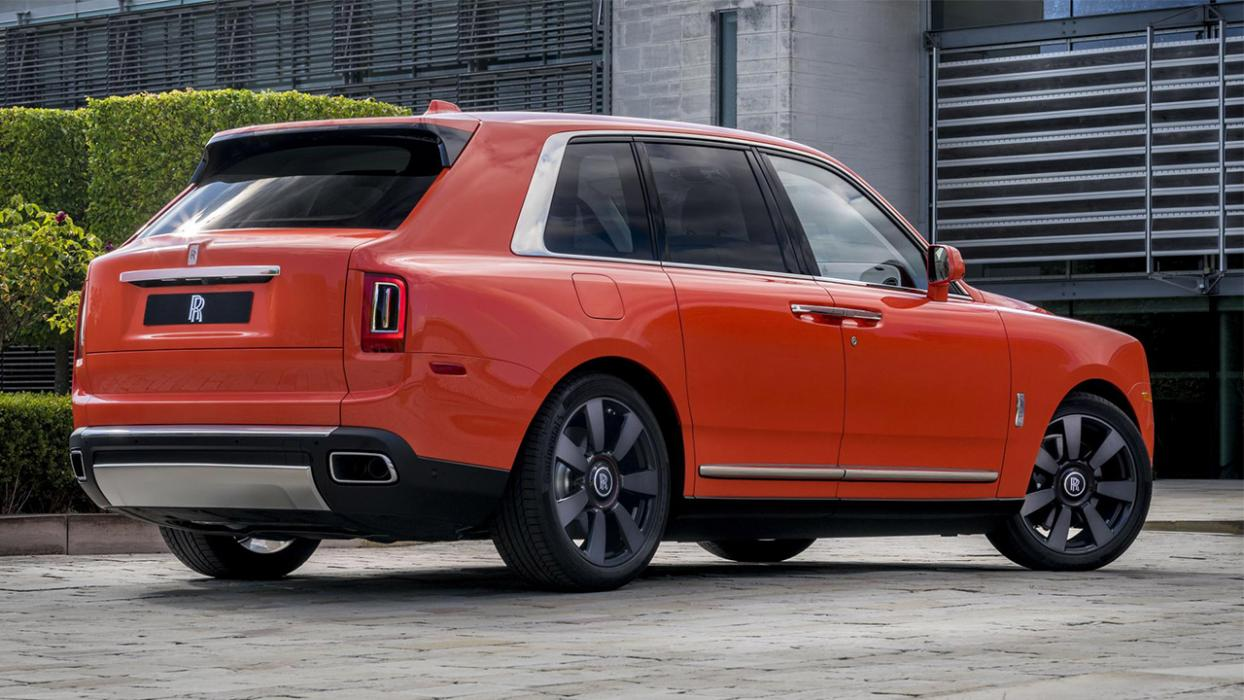 Rolls-Royce Cullinan naranja trasera