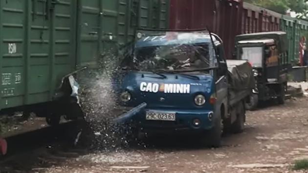 Esto es lo que sucede por aparcar junto a la vía del tren
