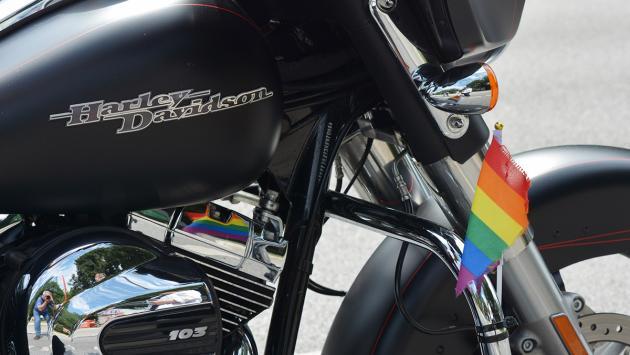 Harley Davidson con la bandera del Orgullo Gay