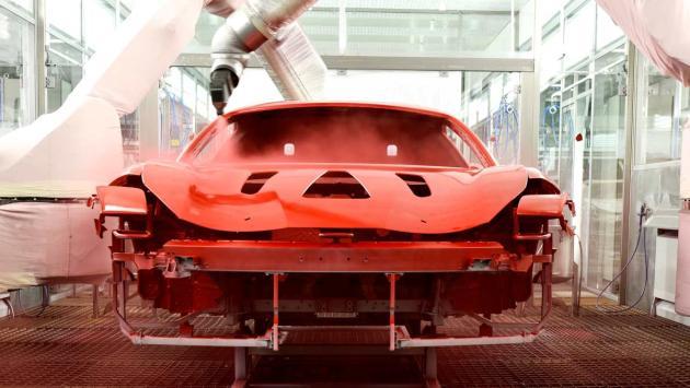 fabrica pintar coche deportivo rojo maranello