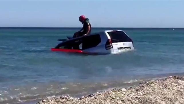 Hallan un Toyota Land Cruiser sumergido en la playa de Manilva