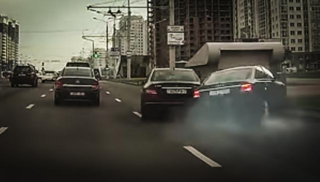 Cambia de carril sin mirar... y provoca un brutal accidente