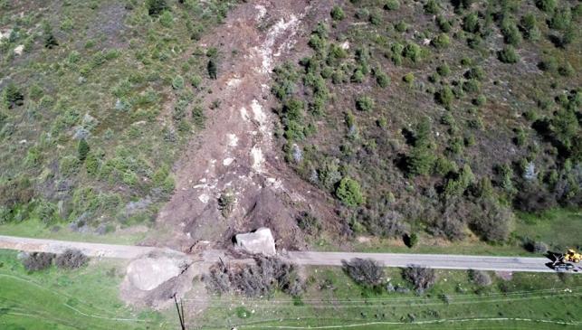 Una roca de  3.850 toneladas obliga a redirigir el trazado de una autopista
